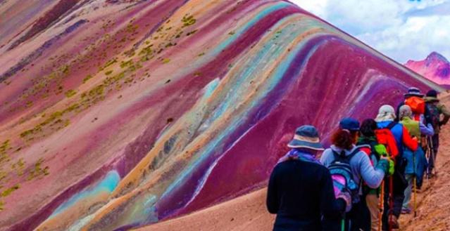 Peru'daki Gökkuşağı Dağı görenleri büyülüyor!
