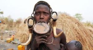 Etiyopya Kabilesi'nin Güzellik Sembolü: Dudak Genişletme