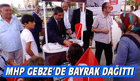 MHP Gebze'de Bayrak Dağıttı