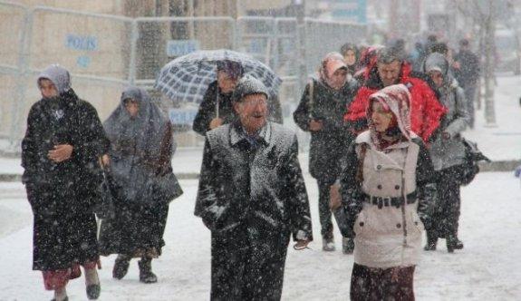 İlk kar taneleri Kartal'a düştü