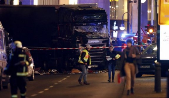 Berlin polisi, tırın kalabalığın üzerine kasıtlı olarak sürüldüğünü düşünüyor