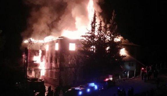 Yangın merdivenine açılan kapılar kilitliydi