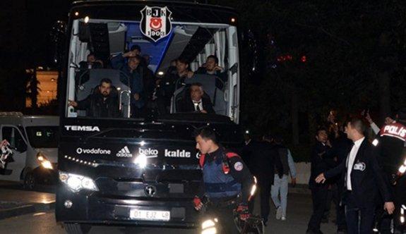 Beşiktaş kafilesini taşıyan otobüse taşlı saldırı!