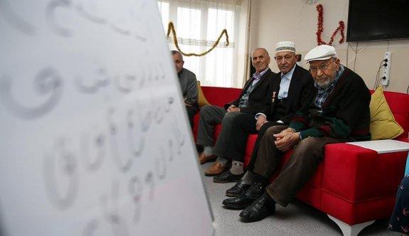 Huzurevinde Kur'an-ı Kerim okumayı öğreniyorlar