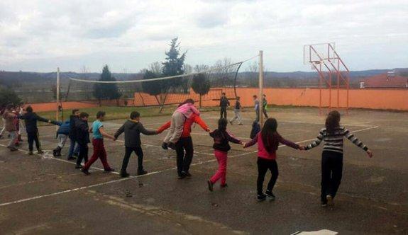 Yürümekte zorluk çeken öğrencisini sırtında taşıyor!