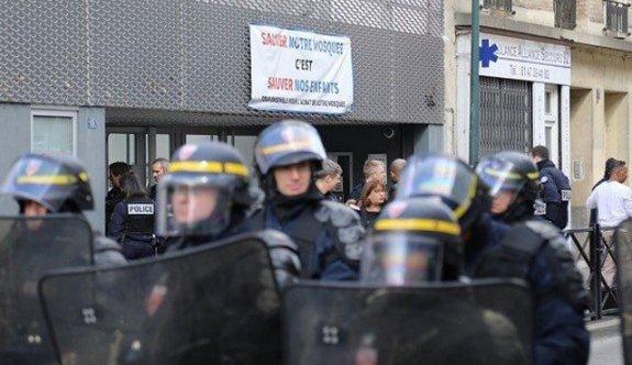 Fransa'da camiye polis baskını! Kapısına kilit vuruldu