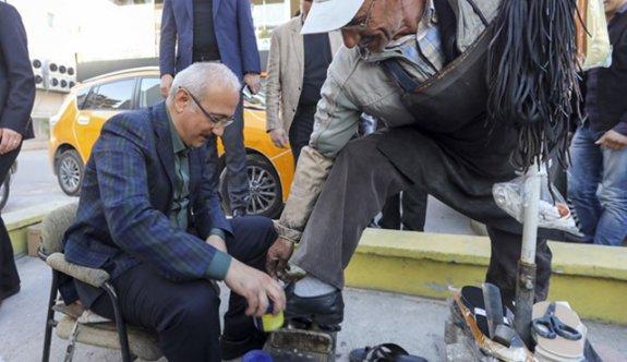 Gören gözlerine inanamadı ayakkabı boyayan bakın kim?