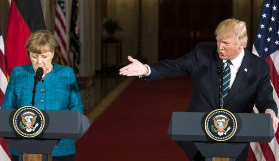 Trump-Merkel görüşmesinde tokalaşma krizi