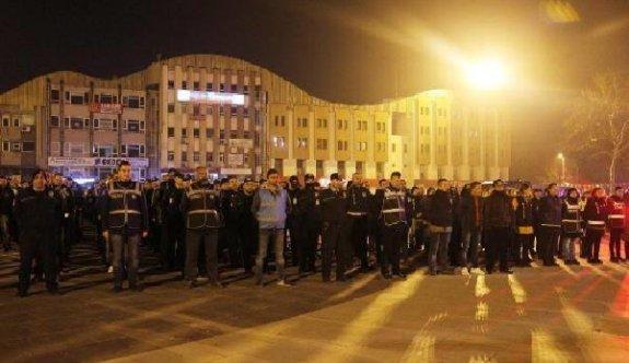Yüzlerce polis toplanınca vatandaş meydana koştu
