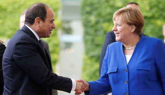 Sisi, Almanya'da Merkel'le görüştü