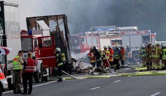 Almanya'da tur otobüsü alev aldı: 30 yaralı