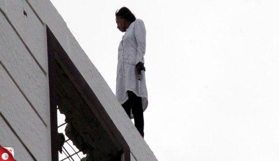 Genç kız evlendirilme korkusuyla çatıya çıktı