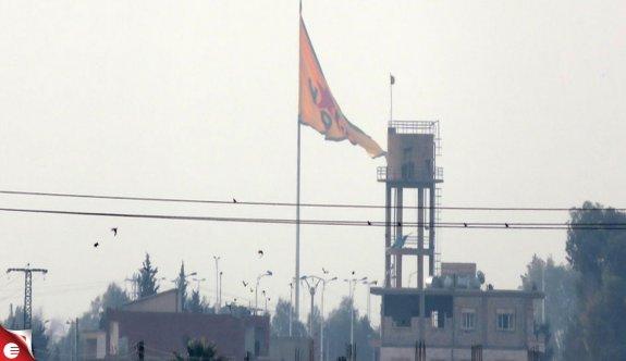 Telabyad'a asılan terör örgütü flamaları yenilendi