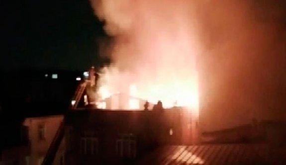 Küçükçekmece'de 3 katlı binanın çatısı alev alev yandı