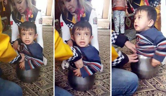 2 yaşındaki çocuk, düdüklü tencereye sıkıştı