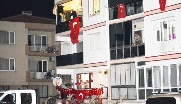 Güney Marmara'da vatandaşlar 23 Nisan'da İstiklal Marşı'nı balkonlarında okudu