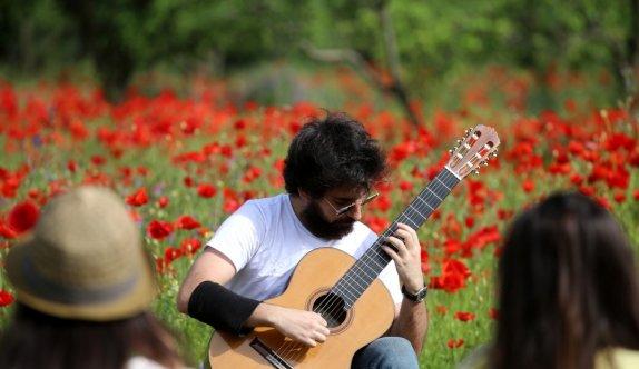 Konserlerini iptal etti bahçede konser verdi