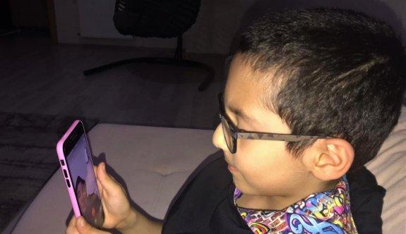 Çocuklar büyüklerinin bayramını telefondan görüntülü kutladı