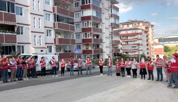 Türk Kızılay personeline balkonlardan alkışla teşekkür etti