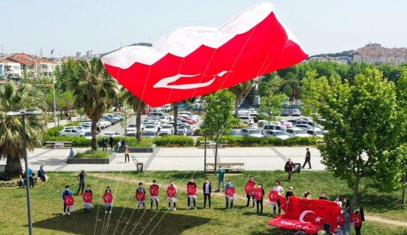 Pendik'te gençler, 19 Mayıs'ı, dev Türk bayrağı desenli uçurtmayı uçurarak kutladı