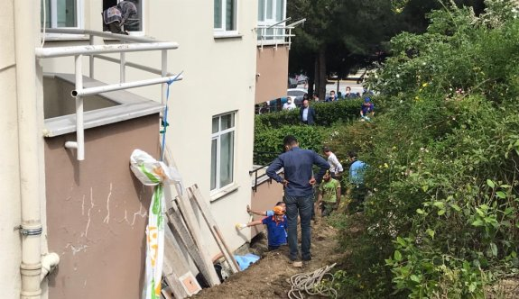 Toprak altında kalan 2 işçiden biri kurtarıldı