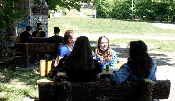 15-20 yaş grubundaki gençler güneşli havanın keyfini çıkardı