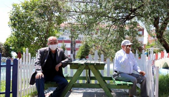 Trakya'da 65 yaş ve üstü vatandaşlar sokağa çıkarak bayramın keyfini yaşadı