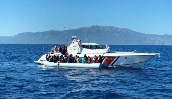 Çanakkale açıklarında Türk kara sularına itilen 50 sığınmacı kurtarıldı