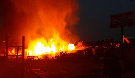 Gebze'de palet deposunda çıkan yangında hasar oluştu