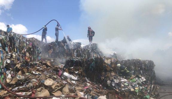 Sakarya'da çatı malzemeleri üretilen fabrikanın deposunda çıkan yangın söndürüldü