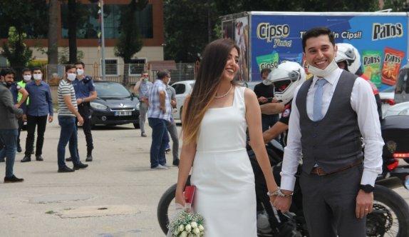 Komiser yardımcısı çifte nikah töreninde