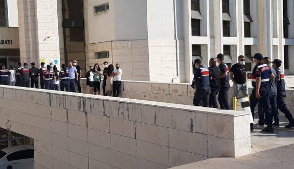 Balıkesir'de yaşlı kadını 350 bin lira dolandıran 9 şüpheli rezidansta yakalandı