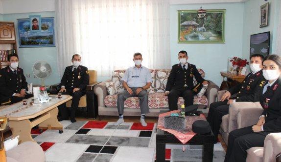 """Gazi çocuğundan kendilerini ziyarete gelen askerlere """"Çanakkale Türküsü"""" sürprizi"""