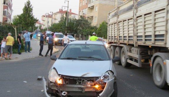 Kırklareli'nde iki otomobilin çarpışması kameraya yansıdı