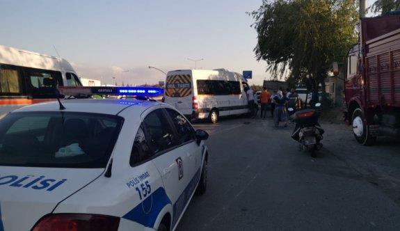 Kocaeli'de otomobil ile servis minibüsü çarpıştı: 3 yaralı