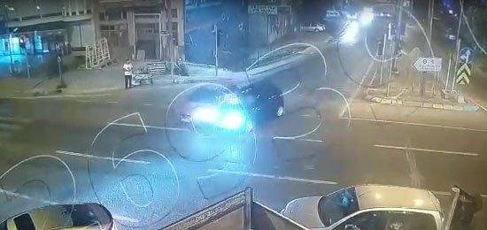 Trafikte önünü kesen kişiyi 2 kilometre otomobilin kaputunda taşıdı