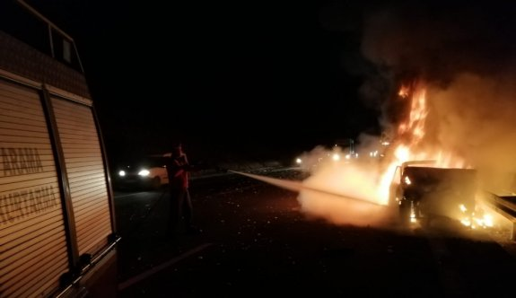Balıkesir'de 5 kişinin yaralandığı trafik kazasında alev alan otomobil yandı