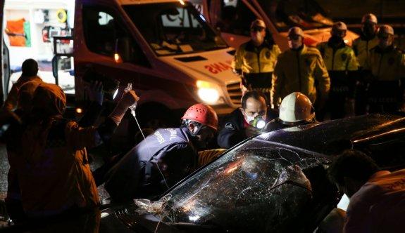 Kartal'da otomobil bariyerlere çarptı: 2 yaralı