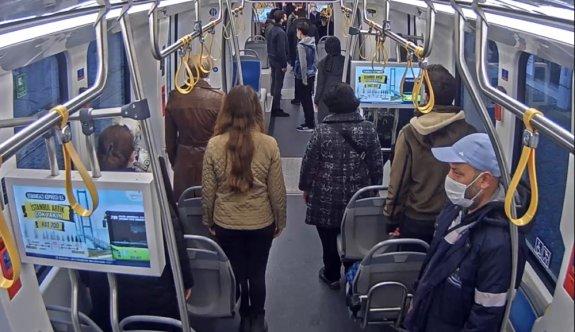 Kocaeli'de otobüs ve tramvaydaki yolculardan Büyük Önder Atatürk'e saygı duruşu