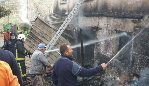 Bursa'da 2 katlı ev yangında kullanılamaz hale geldi