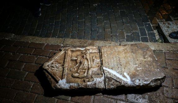 Bursa'da balkonundan inşaat çalışmalarını izleyen vatandaşın dikkati sayesinde tarihi mezar steli bulundu