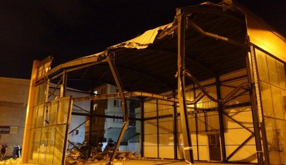 Bursa'da şiddetli rüzgar nedeniyle otomobilin üzerine duvar devrildi