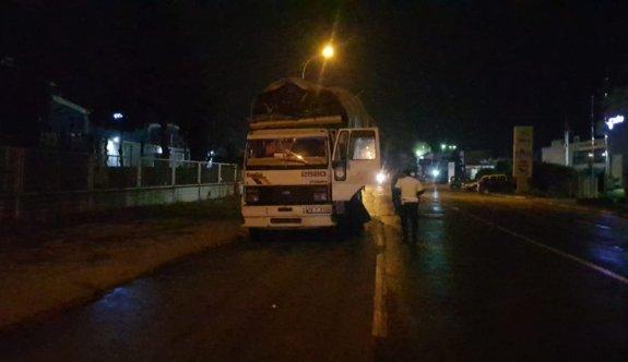 Bursa'da tahtaları yola saçarak ilerleyen kamyonun sürücüsüne ceza kesildi