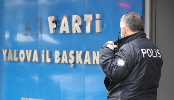 GÜNCELLEME - Yalova'da iş yerlerinin camlarına ve AK Parti tabelasına zarar veren şüpheli yakalandı