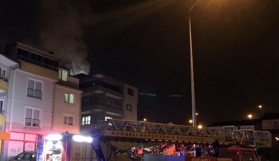Kocaeli'de apartmanın çatısında çıkan yangın hasara yol açtı