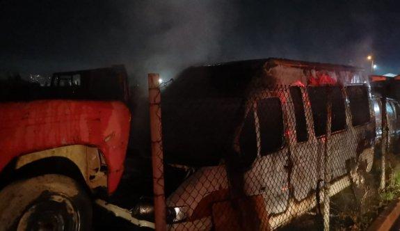 Kocaeli'de araç hurdalığında çıkan yangın söndürüldü
