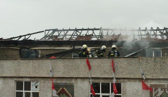 Kocaeli'de bir binanın çatısında çıkan yangın söndürüldü