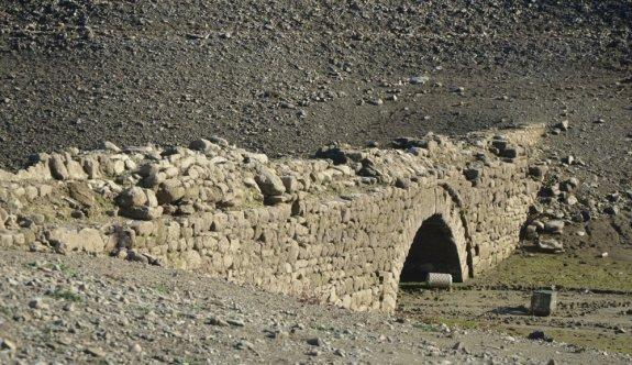 Şarköy'de gölet sularının altındaki tarihi köprü, sular çekilince gün yüzüne çıktı