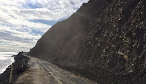 Tekirdağ'da sağanak ve fırtına nedeniyle düşen kaya parçalarının kapattığı yol ulaşıma açıldı