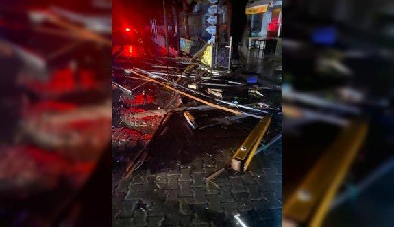 Ayvalık'ta etkili olan hortum binalarda ve araçlara hasara yol açtı